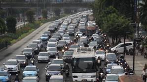 Mueren 18 personas durante un día entero de atasco en Indonesia
