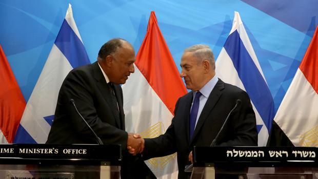 El ministro de Asuntos Exteriores de Egipto, Sameh Shoukry, estrecha la mano del primer ministro israelí durante su visita a Jerusalén