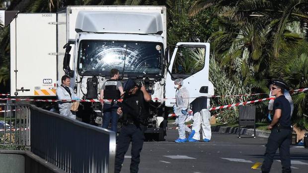 Forenses y policías analizan el camión en el paseo marítimo Promenade des Anglais en la ciudad de Niza