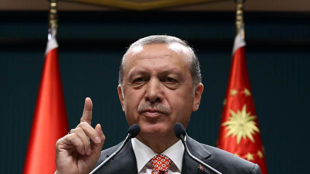 El presidente turco, Recep Tayyip Erdogan, anima a sus seguidores a manifestarse contra el «terrorismo gulenista» el pasado 24 de julio
