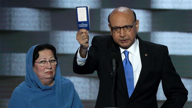 Ghazala y Khizr Kahn durante la convención del Partido Demócrata