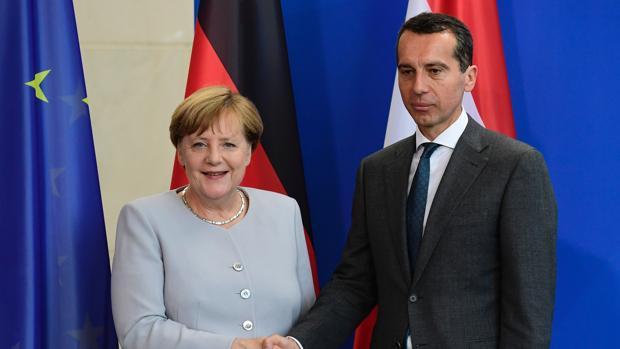 El canciller austríaco posa junto a Angela Merkel tras una reunión entre ambos el pasado mes de junio