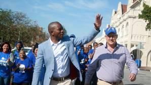 El líder de Alianza Democrática (AD), Mmusi Maimane, saluda a sus seguidores durante una campaña en Port Elizabeth este martes