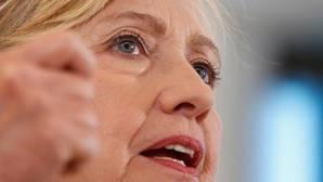 Clinton capitaliza las meteduras de pata de Donald Trump