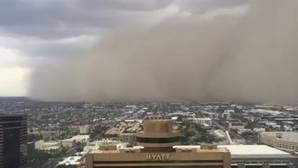 Una inmensa nube de arena provocada por la tormenta tropical «Javier» entierra la ciudad de Phoenix