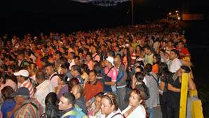 Decenas de miles de venezolanos cruzan a Colombia tras la reapertura de la frontera