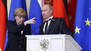 Merkel dice que no hay motivos para que la UE levante las sanciones a Rusia