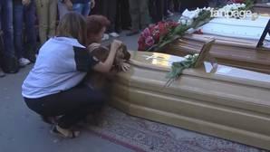 La emotiva despedida de un perro a su dueño fallecido en el terremoto de Italia