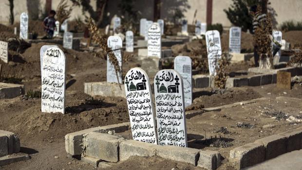 Imagen de las tumbas en las que yacen varias de las 1.400 víctimas que murieron en un ataque químico en Guta