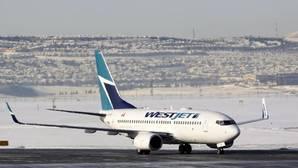 Pasajeros de un avión evitan que un individuo salte en pleno vuelo en Canadá