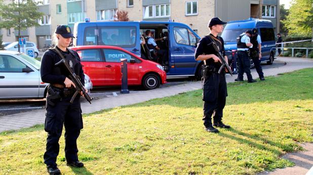 Agentes vigilan la zona donde fueron atacados dos policías este jueves