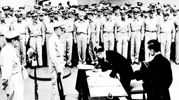 El ministro de Relaciones Exteriores nipón, Mamoru Shinemitsu, estampa su firma en el Acta de Rendición en presencia de los generales estadounidenses Mac Arthur, Richard K. Sutherland y el almirante Bull Halsey en el «Missouri»