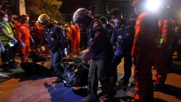 Un equipo de rescate traslada el cuerpo de una de las víctimas del atentado en Davao