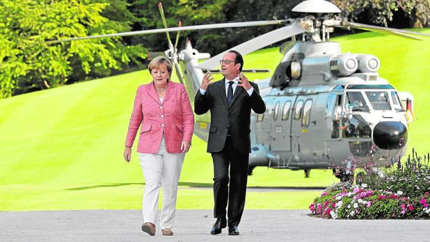 Hollande recibe a Merkel en Evian (Francia)
