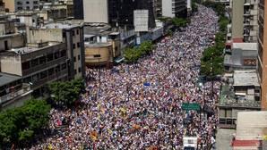 La oposición llama a los chavistas a alejarse de Maduro y anuncia una nueva marcha