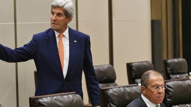 El secretario de Estado estadounidense, John Kerry, junto al ministro de Exteriores ruso, Serguéi Lavrov