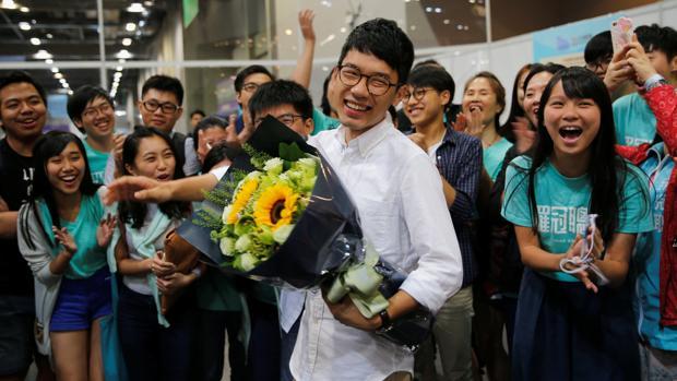 Nathan Law (c) celebra su triunfo en las las legislativas de Hong Kong