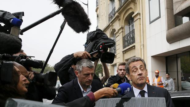 Nicolas Sarkozy abandona su cuartel electoral en París este lunes