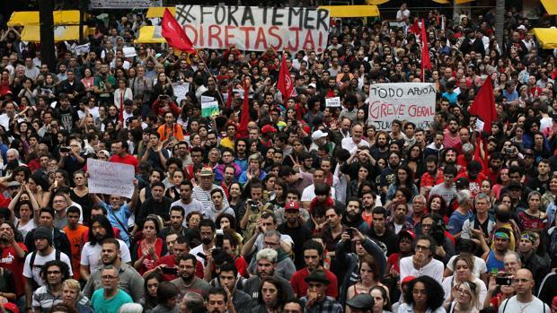 Manifestantes pidiendo la convocatoria de elecciones y la dimisión de Temer