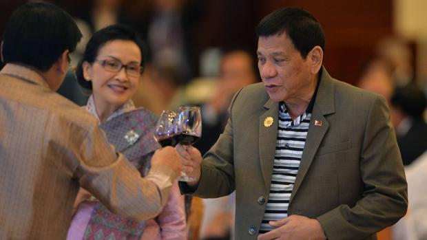 El presidente filipino, Rodrigo Duterte, brinda durante una cena de bienvenida a la cumbre de la Asean