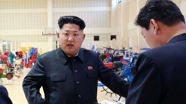 Kim Jong-un visitando uno de los centros de fabricación de maquinaria de Corea del Norte
