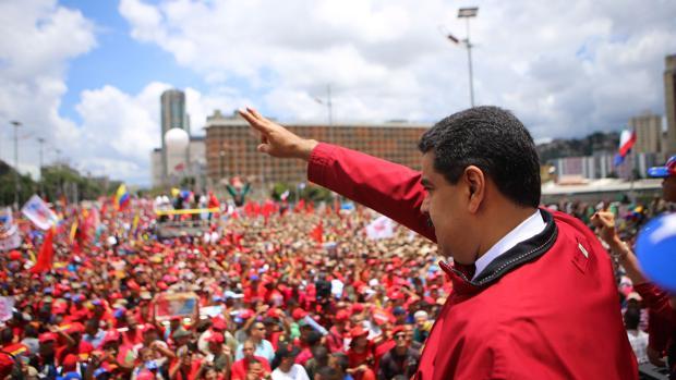 El presidente de Venezuela, Nicolás Maduro, saluda a la multitud en Caracas