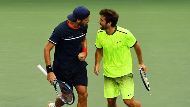 Los tenistas españoles, Feliciano y Marc López, celebrando su victoria sobre los hermanos Bryan