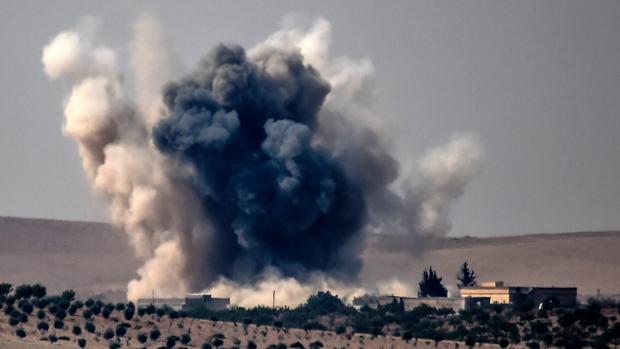 Columna de humo que se levanta en la ciudad de Karkamis, en la frontera entre Siria y Turquía, tras un ataque dirigido por el Ejército otomano