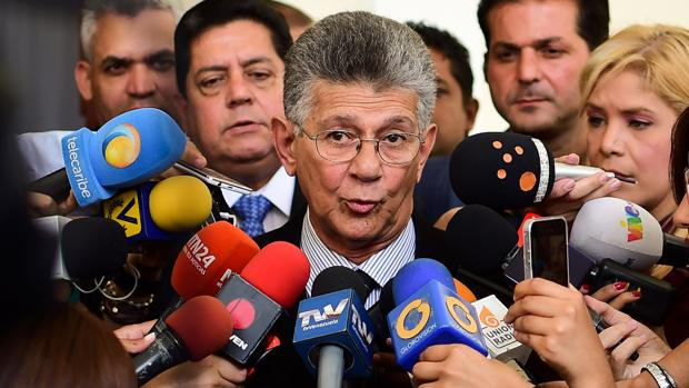 Los periodistas preguntan este martes al presidente de la Asamblea Nacional de Venezuela, Henry Ramos Allup