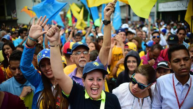 Opositores venezolanos se manifiestan en Los Teques, en el estado de Miranda (Venezuela)
