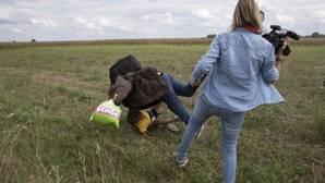 Acusan de vandalismo a Petra László, la reportera húngara que zancadilleó a refugiados