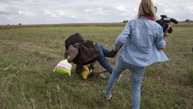 Osama Abdul Mohsen, refugiado sirio, corría con su hijo Zaid en brazos cuando la reportera húngara Petra László le puso una zancadilla