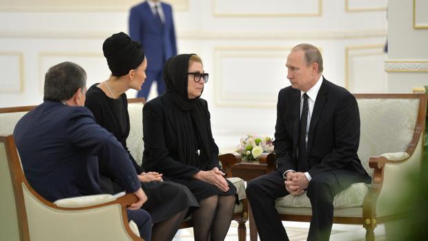 Vladimir Putin conversa con la viuda del recién fallecido presidente Islam Karimov, Tatyana Karimova (2d), este martes en Samarkanda (Uzbekistán)