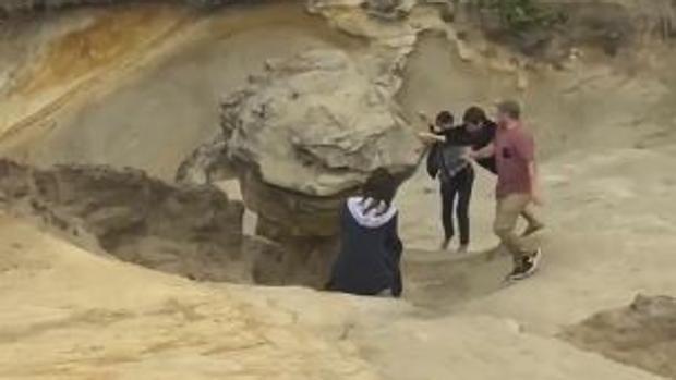 Un vídeo de Twitter muestra cómo unos jóvenes derriban la emblemática roca