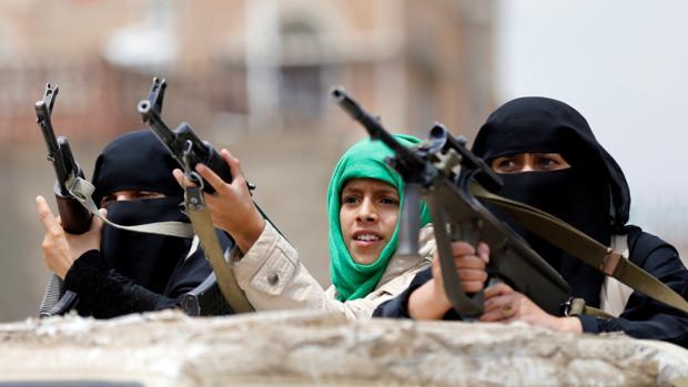 Mujeres yemeníes armadas, durante una protesta este martes en Saná en favor del movimiento huti
