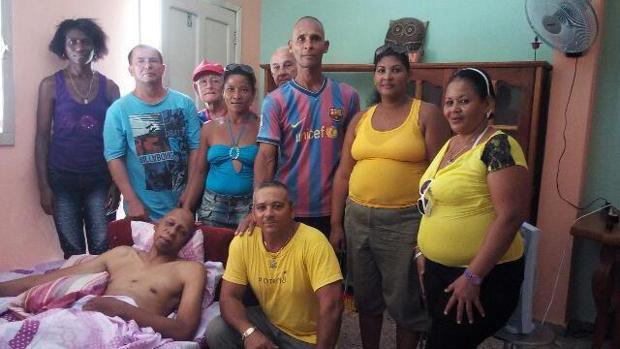 Guillermo Fariñas (i), acompañado de otros disidentes cubanos, en su casa de Santa Clara (centro de Cuba)