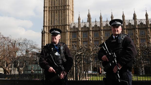 Dos agentes británicos vigilas las inmediaciones del Parlamento de Londres el pasado mes de marzo