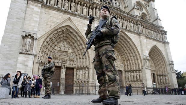 Patrulla de soldados frente a la Catedrakl de Nôtre Dame en noviembre de 2015