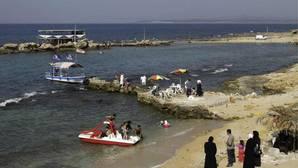 Playas paradisíacas y bañistas felices, así promociona el régimen sirio un país destrozado por la guerra