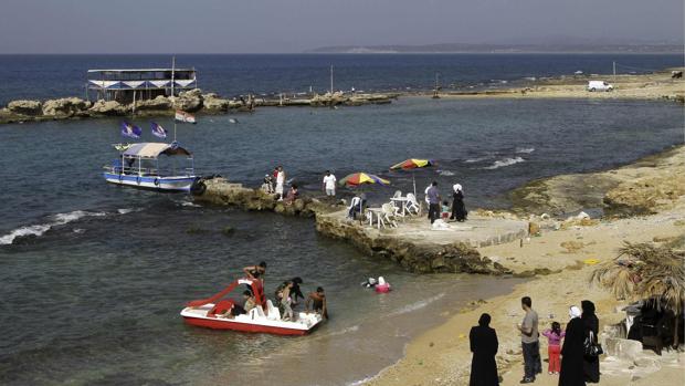 Varias personas disfrutaban de un día en la playa en la ciudad costera siria de Latakia en el verano de 2010