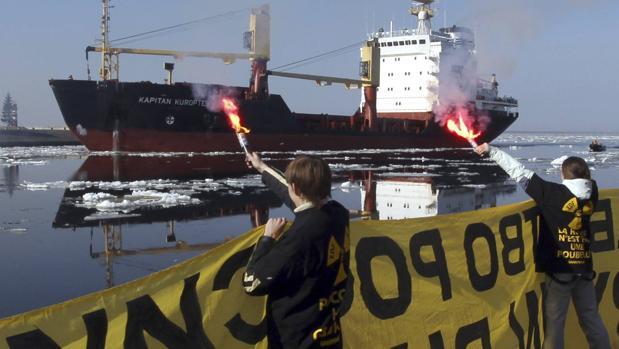Activistas de Greenpeace protestaban en 2010 en San Petesburgo (Rusia) contra el vertido de residuos nucleares en el mar
