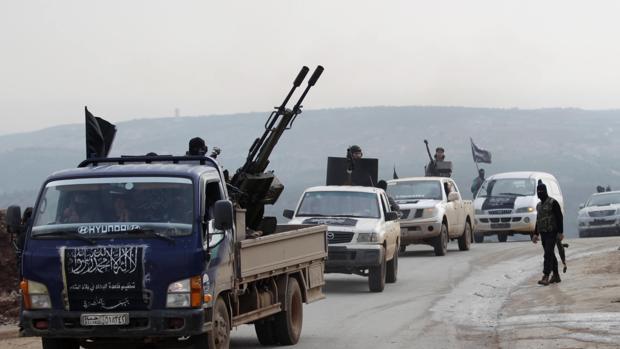 Combatientes del Frente al Nusra, antigua filial de Al Qaida en Siria, en la ciudad de Idlib en diciembre de 2014