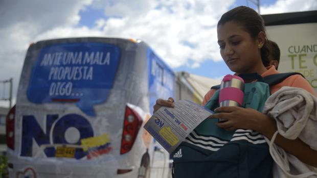 Una joven colombiana participa en la campaña a favor del «no» a los acuerdos de paz en Medellín (Antioquia)