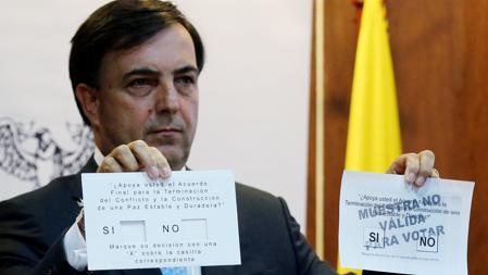 El registrador nacional del Estado Civil de Colombia, Juan Carlos Galindo, presentó este jueves la papeleta electoral para el plebiscito sobre los acuerdos de paz, que se celebrará el 26 de septiembre
