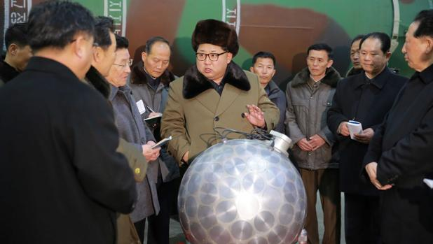Kim Jong-un (c), habla con un grupo de científicos y técnicos sobre las investigaciones nucleares en Corea del Norte, en una imagen de archivo