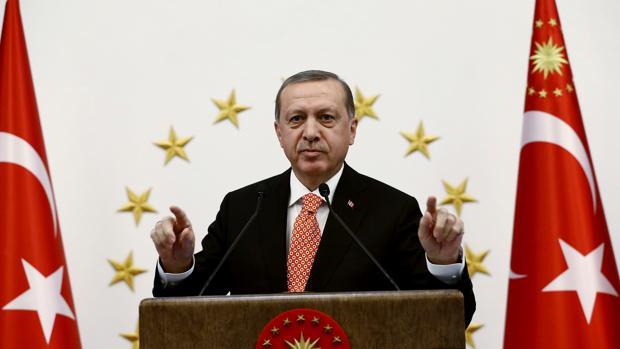 El presidente turco, Tayyip Erdogan, se dirige a los gobernadores este jueves