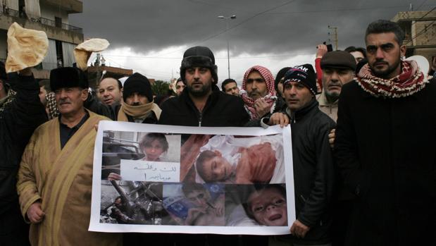 Manifestantes protestan contra las muertes por inanición que sufren los niños en la ciudad sitiada de Madaya, en Siria