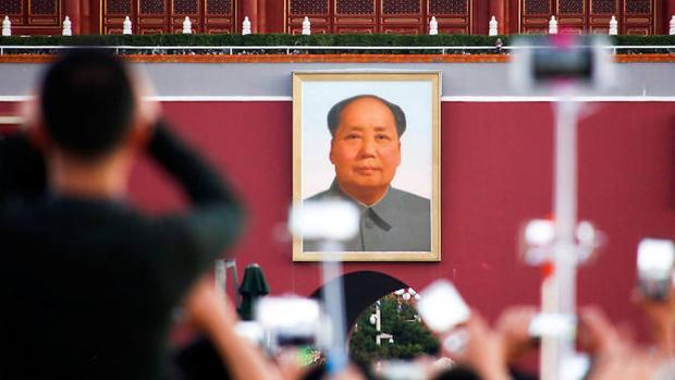 Un retrato de Mao Zedong en la plaza de Tiananmen