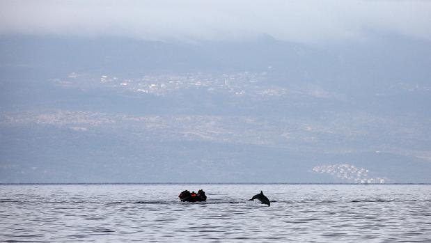 Una balsa con refugiados sirios, frente a la isla griega de Lesbos