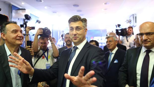 El líder conservador, Andrej Plenkovic, tras emitir su voto en Zagreb